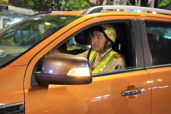 Trong một giờ, CSGT phải lái xe giúp 6 tài xế - Ảnh 3.