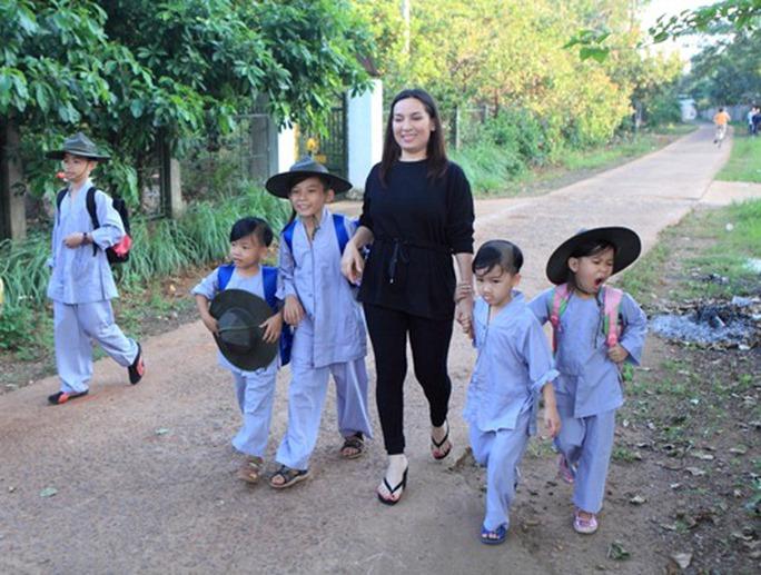 Ca sĩ Phi Nhung: Không thể lấy chồng vì quá đông con - Ảnh 1.