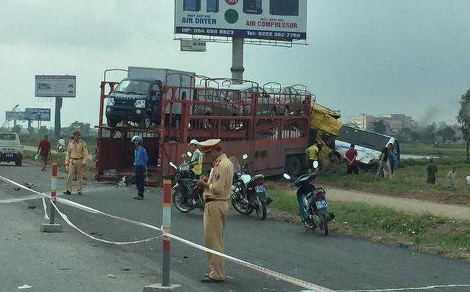 Xe container tông xe khách trên cao tốc bay xuống ruộng - Ảnh 2.