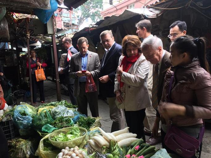Các Đại sứ châu Âu ghé một cửa hàng rau để mua sắm