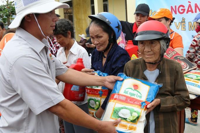Tập đoàn Lộc Trời phối hợp Báo Người Lao Động cứu trợ tại Khánh Hòa - Ảnh 3.