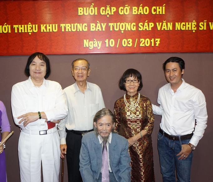 NSƯT Minh Vương, NSND Đinh Bằng Phi, nhà giáo ưu tú Phạm Thúy Hoan và nghệ nhân Thái Ngọc Bình bên bức tượng của NSND Huỳnh Nga