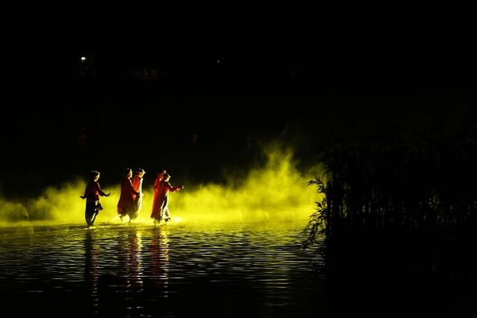 Choáng ngợp cảnh 150 nông dân biểu diễn trên sân khấu mặt nước 3.000 m2 - Ảnh 12.