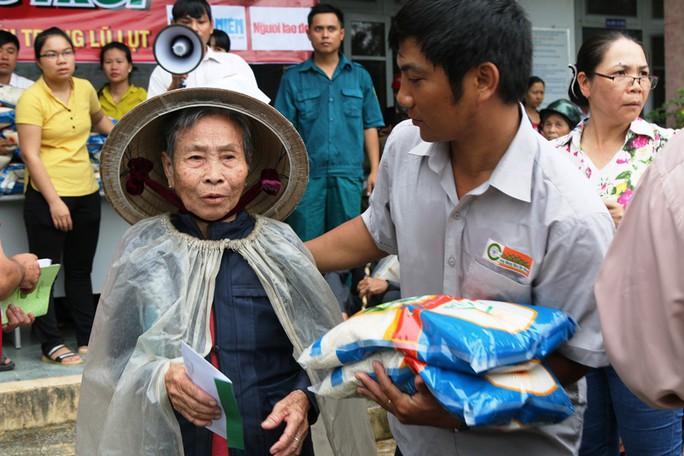 Tập đoàn Lộc Trời và Báo Người Lao Động đội mưa đến người dân vùng bão - Ảnh 1.