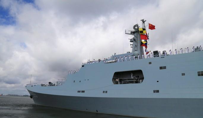 Người nhái Nhật Bản bám sát tàu chiến Trung Quốc - Ảnh 2.