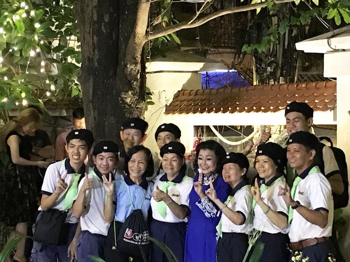 NSND Kim Cương và các thành viên đội văn nghệ khiếm thính