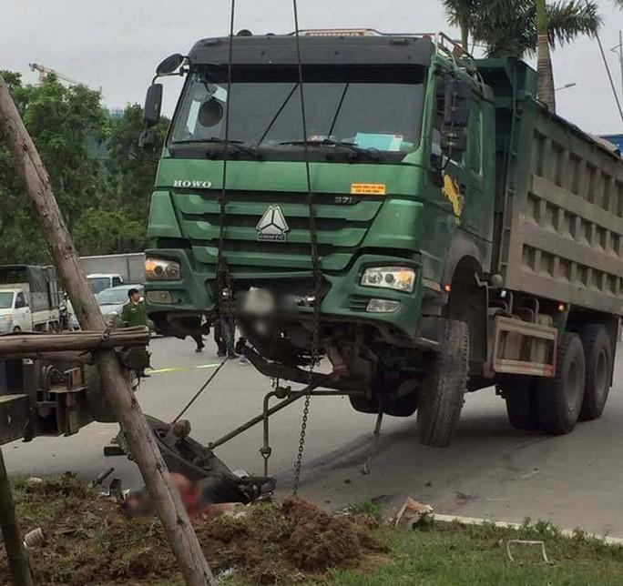 Cẩu xe tải Hổ vồ chở đất lên để lấy thi thể người bị nạn - Ảnh 1.