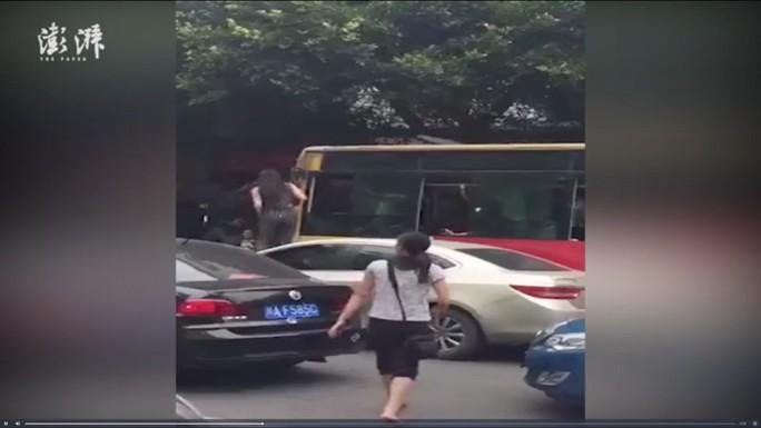 Người phụ nữ trèo cửa sổ xe buýt, đập đầu tài xế - Ảnh 1.