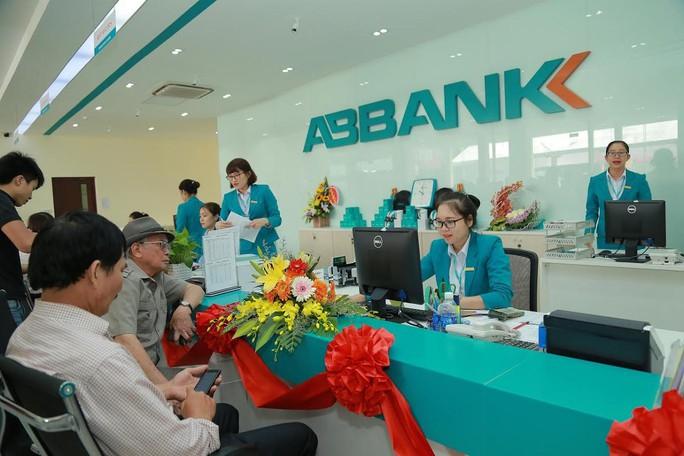 Vì sao hàng loạt ngân hàng báo lãi đột biến? - Ảnh 1.
