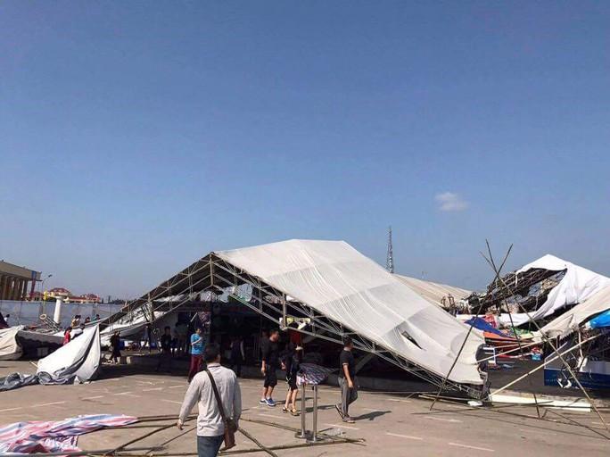 Lốc xoáy, 60 gian hàng hội chợ tan hoang, 2 người bị thương - Ảnh 2.