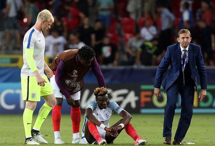 Giấu bí kíp trong vớ, thủ môn U21 Đức loại tuyển Anh ở loạt đá penalty - Ảnh 4.