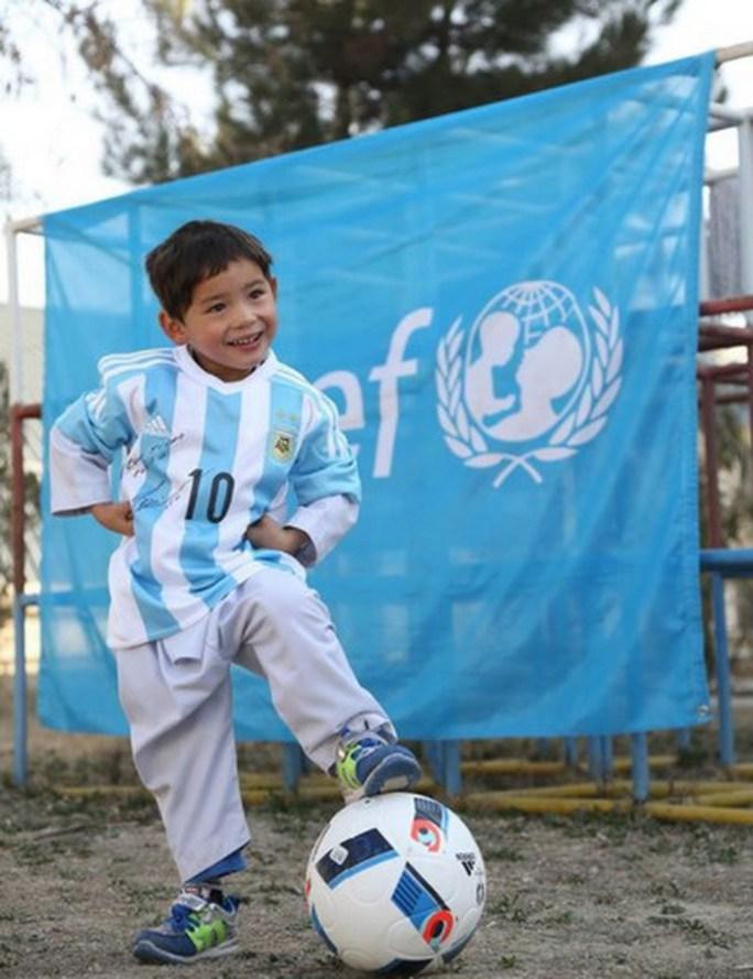 Murtaza Ahmadi và chiếc áo đấu có chữ ký Messi