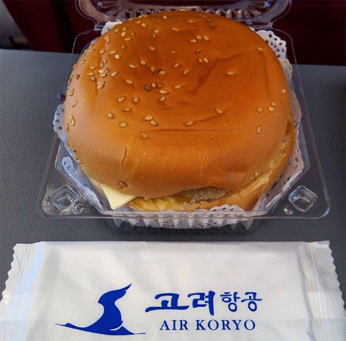 Chụp hình bánh burger trở thành điều không thể thiếu với mỗi hành khách của Air Koryo. Ảnh: Instagram