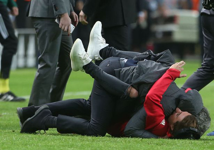 Cận cảnh Mourinho ăn mừng hoang dại với con trai - Ảnh 2.