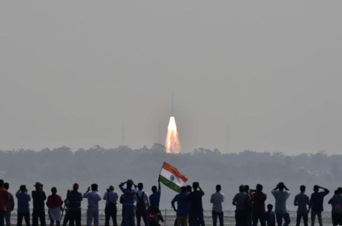 Người dân Ấn Độ quan sát vụ phóng 104 vệ tinh vào vũ trụ hôm 15-2 Ảnh: REUTERS
