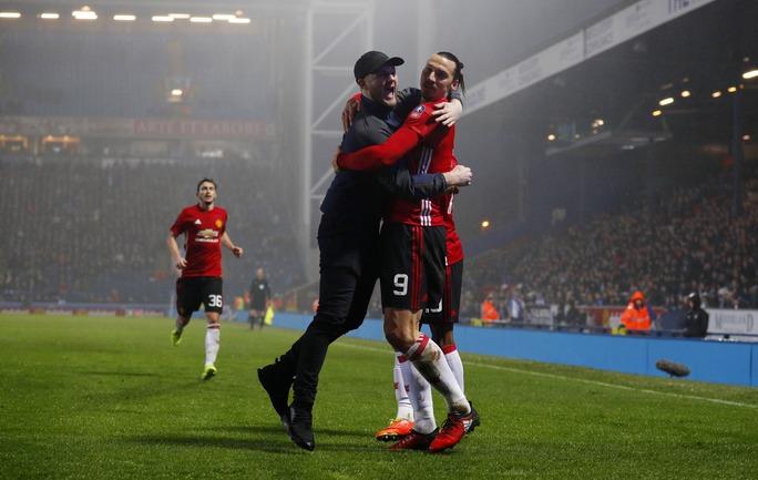 CĐV Quỷ đỏ lao xuống sân chúc mừng Ibrahimovic sau bàn thắng ấn định kết quả 2-1 cho M.U