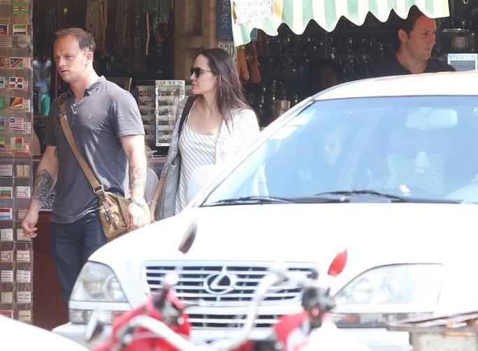 Người này luôn bên cạnh Angelina ngay cả khi đi mua sắm
