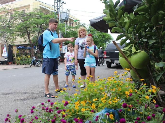 Một gia đình người Nga đang dạo chợ hoa Nha Trang