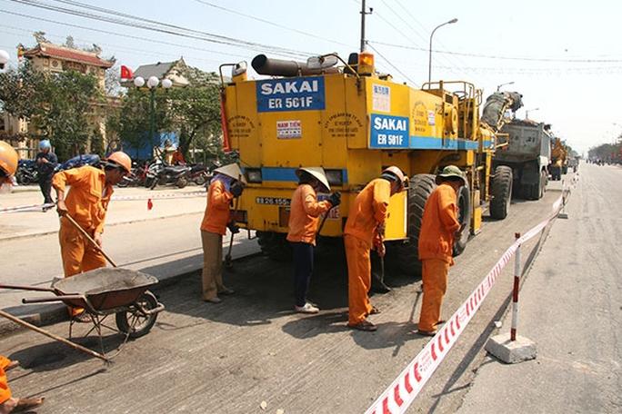 Xóa bỏ độc quyền, nhiều doanh nghiệp có cơ hội tham gia bảo trì đường bộ thông qua đấu thầu. Trong ảnh: Công nhân sửa chữa, bảo trì trên quốc lộẢnh: Trần Duy