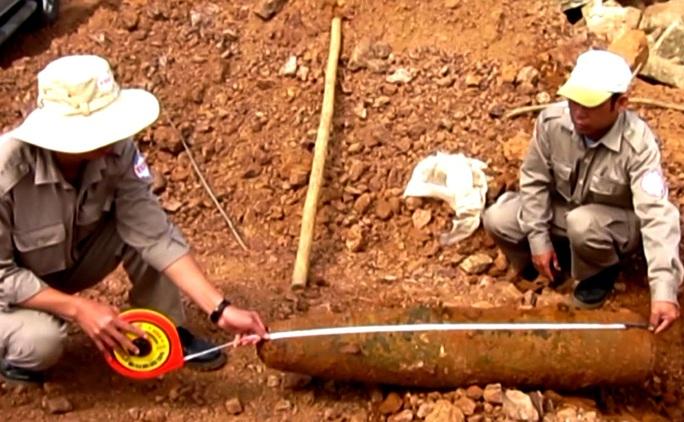 Qủa bom nặng 113kg được đưa lên mặt đất an toàn