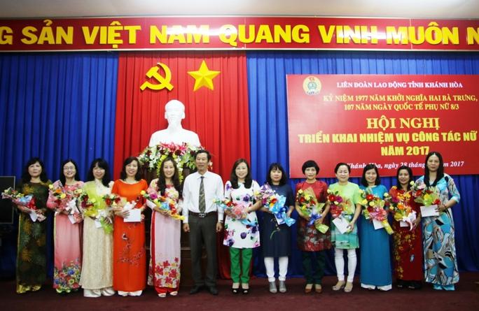 Lãnh đạo LĐLĐ Khánh Hoà tặng hoa chúc mừng cán bộ công đoàn nữ