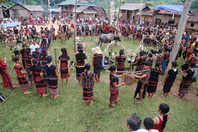 Lễ hội  độc đáo Ariêu- Ping thu hút hàng ngàn người tham dự - Ảnh 1.