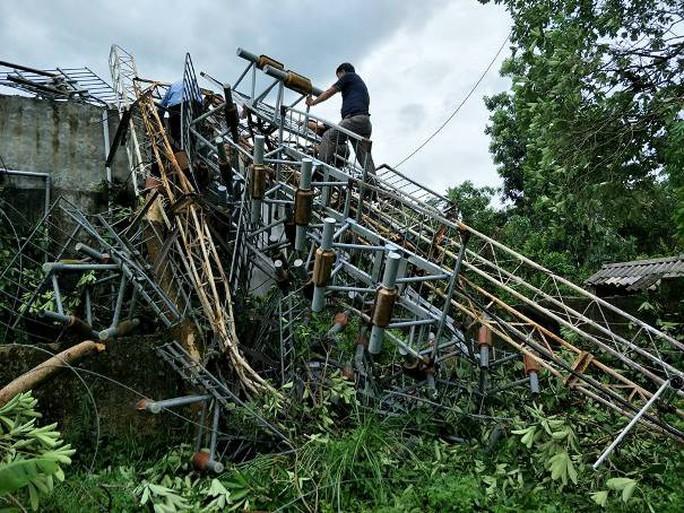 Thêm ăng-ten phát thanh, truyền hình cao 60 m đổ gục trong bão - Ảnh 1.