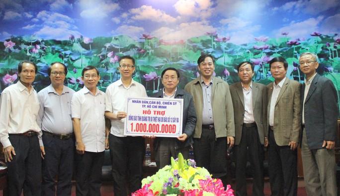 Đoàn công tác TP HCM hỗ trợ 3 tỉ đồng cho 3 tỉnh miền Trung - Ảnh 1.