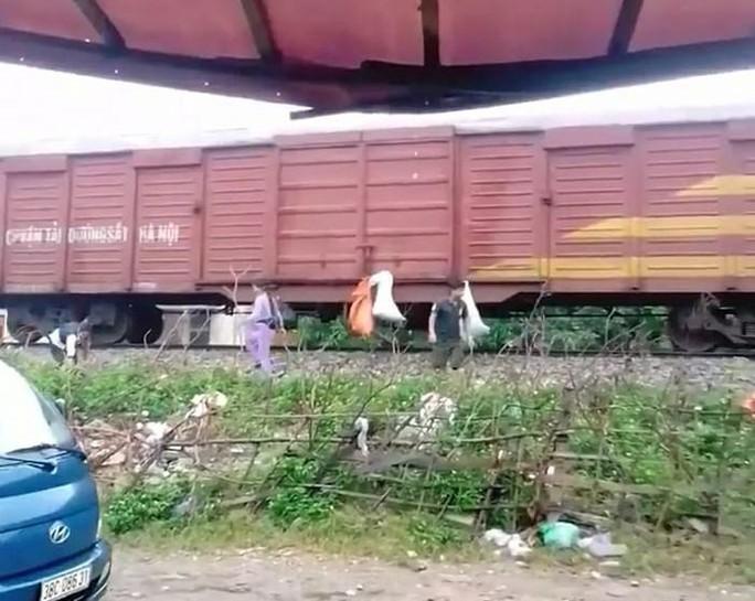 Người dân treo lên thành tàu hỏa, gửi Rác Hương Khê đi Sài Gòn - Ảnh 1.