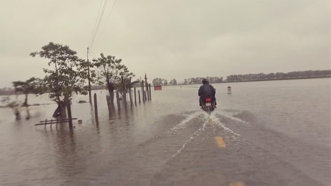 Quảng Trị: Hơn 300 nhà dân vẫn còn ngập sâu trong nước - Ảnh 1.