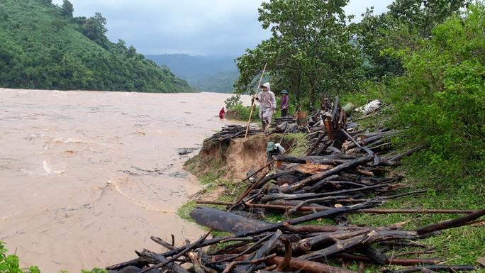 Miền Trung: Nhiều nơi còn ngập chìm trong nước, cô lập - Ảnh 24.