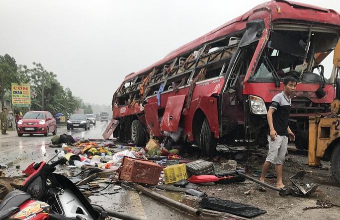 Xe khách dâp nát sau vụ tai nạn.