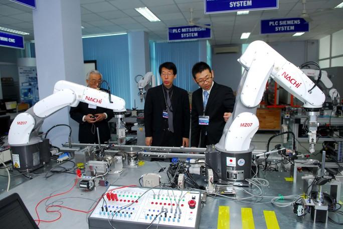 Các robot của Nhật Bản được mang đến Trung tâm Đào tạo Khu Công nghệ cao TP HCM để hỗ trợ đào tạo chuyên gia. Ảnh: Chánh Trung.