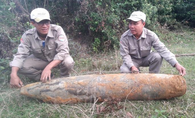 """Qủa bom """"khủng"""" được Đội rà phá bom mìn lưu động tỉnh Quảng Trị đưa lên mặt đất an toàn"""