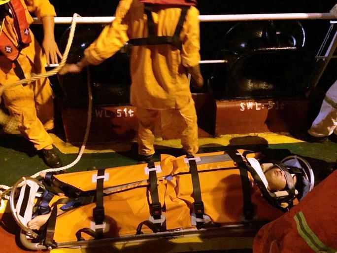 Cứu thuyền viên người Trung Quốc bị nạn trên biển - Ảnh 1.