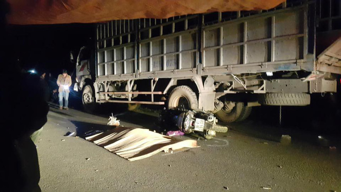 Tông đuôi xe tải, 4 người trong 1 gia đình thương vong - Ảnh 1.
