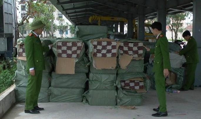 Bắt xe tải chở 1,3 tấn pháo hoa từ Bắc vào TP Hồ Chí Minh tiêu thụ - Ảnh 1.