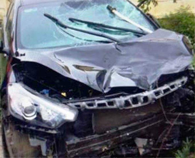 Sau tai nạn, trên kính chắn gió xe ô tô xuất hiện 1 thanh kiếm - Ảnh gia đình cung cấp