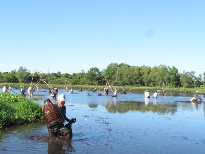 Độc đáo lễ hội phá trằm bắt cá, huyên náo cả vùng đầm nước - Ảnh 3.