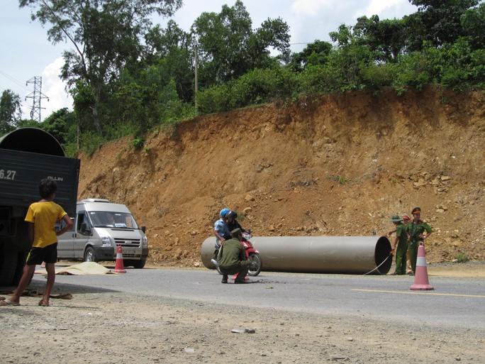 Đứt dây cần cẩu, ống áp suất nặng gần 2 tấn rơi đè chết người - Ảnh 2.
