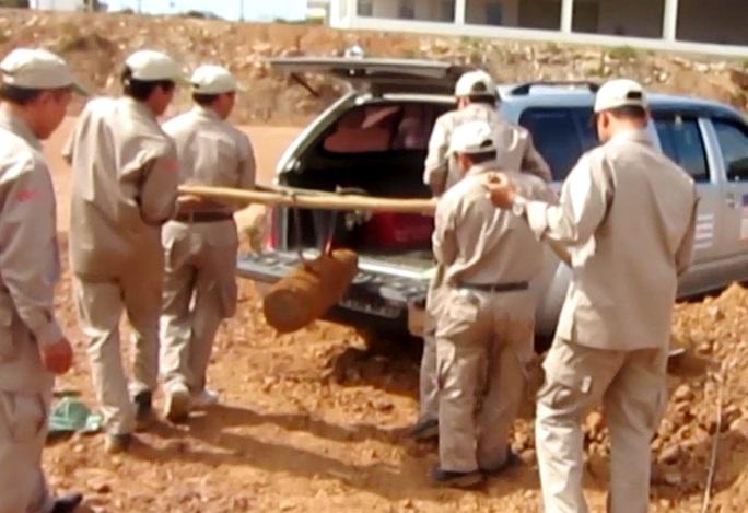 Lực lượng chức năng di chuyển quả bom đến vị trí an toàn, hủy nổ