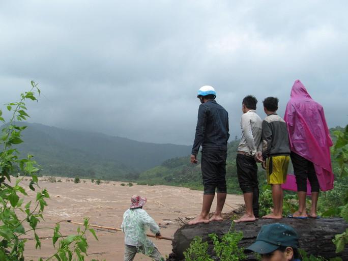 Miền Trung: Nhiều nơi còn ngập chìm trong nước, cô lập - Ảnh 25.