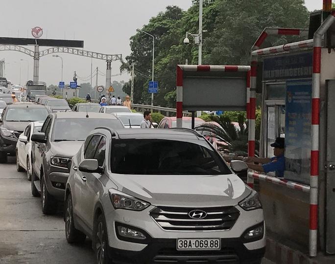 Người dân dùng ô tô diễu hành để phản đối việc thu phí