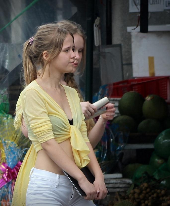 Hai cô gái Nga dạo chợ Xóm Mới (Nha Trang)