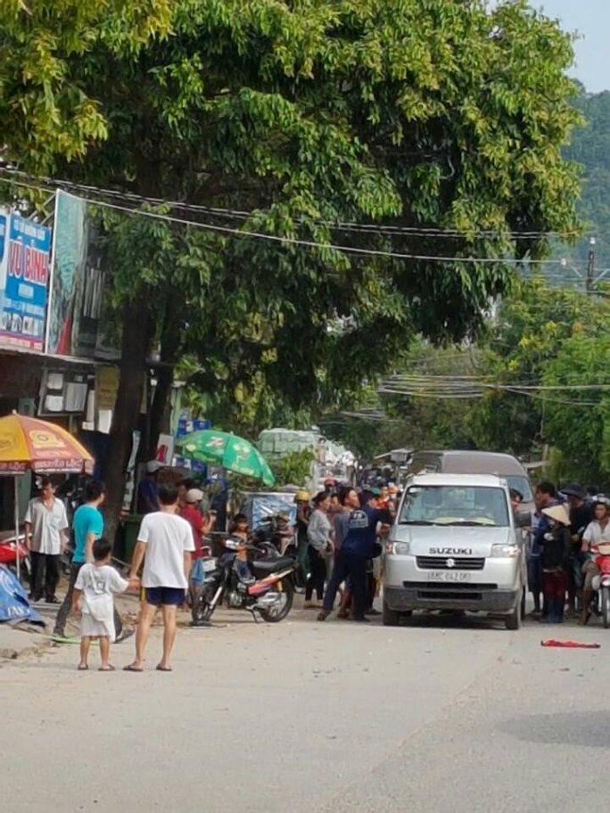 Hai nạn nhân được người dân đưa đi cấp cứu kịp thời khi vụ nổ thùng phuy vừa xảy ra.