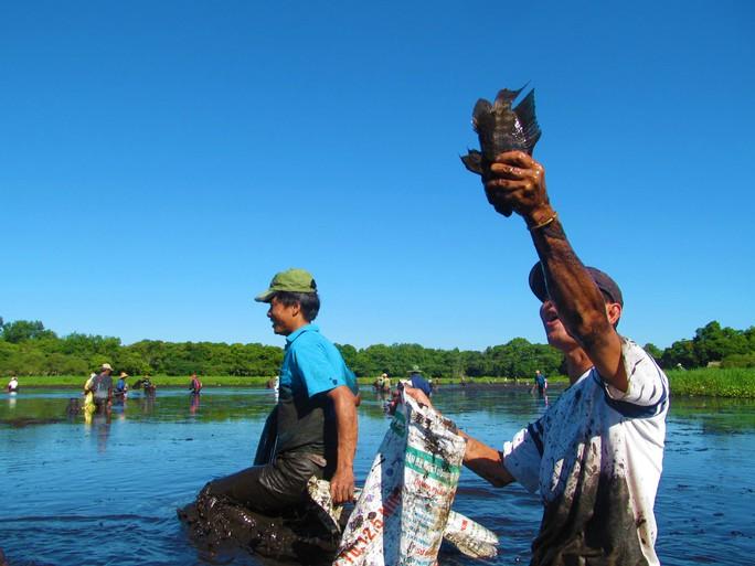 Độc đáo lễ hội phá trằm bắt cá, huyên náo cả vùng đầm nước - Ảnh 4.