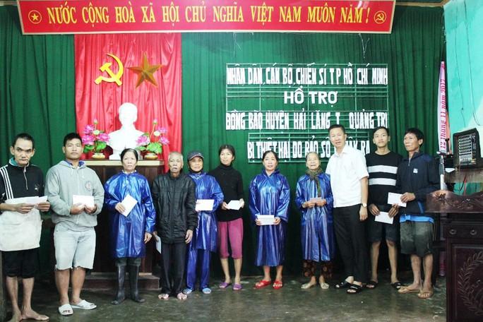 Đoàn công tác TP HCM hỗ trợ 3 tỉ đồng cho 3 tỉnh miền Trung - Ảnh 3.