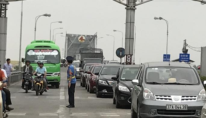 Lực lượng chức năng phân luồng các phương tiện giao thông