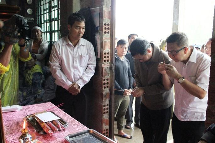 Đoàn công tác TP HCM hỗ trợ 3 tỉ đồng cho 3 tỉnh miền Trung - Ảnh 4.