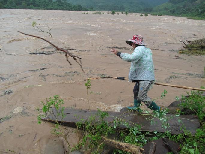 Miền Trung: Nhiều nơi còn ngập chìm trong nước, cô lập - Ảnh 27.